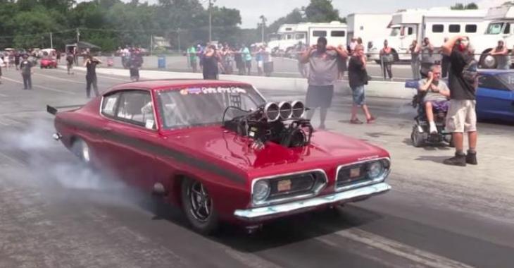 """Ce Barracuda a eu une greffe d'un """"blower"""" immense et la voiture est devenu un véritable monstre! Vous devez le voir pour le croire!"""
