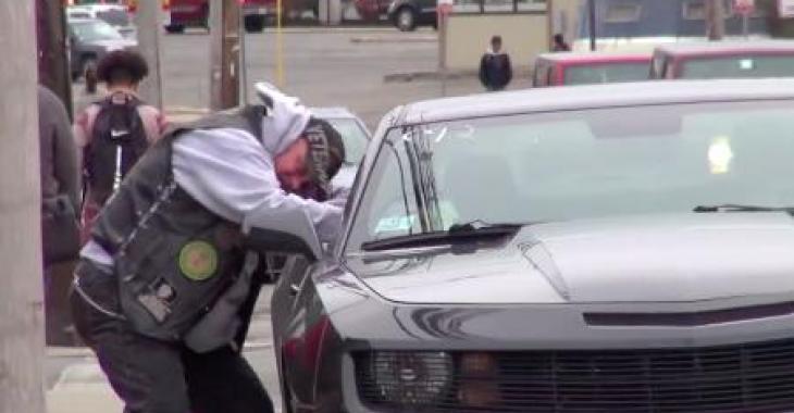 Ils placent de l'argent bien à la vue dans une voiture stationnée, ce qu'un vétéran fait est à couper le souffle!