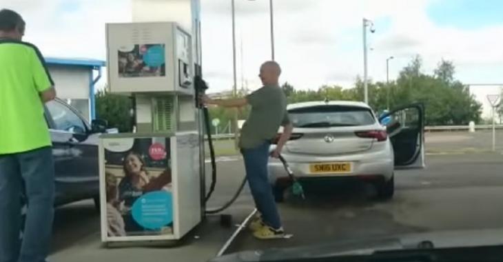 Le gars le plus DROGUÉ au monde en train de mettre du gaz dans sa voiture, comment fait-il pour conduire?