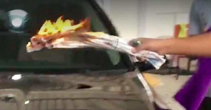Il mets le feu sur le capot de sa voiture pour une raison totalement surprenante!