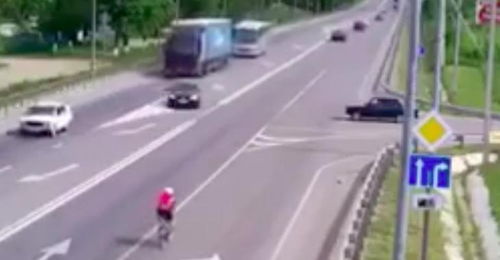 Ne quittez pas le cycliste des yeux; il passera un très mauvais moment...