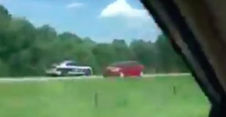 Un policier fait une manoeuvre totalement stupide et dangereuse sur une autoroute! Des images qui donnent froid dans le dos!