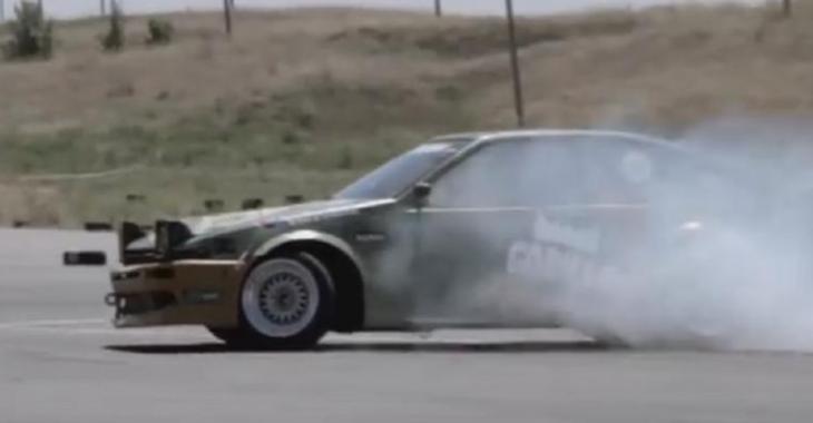 VIDÉO: Il fait de la drift avec son bolide, mais il a un invité surprise dans sa voiture!