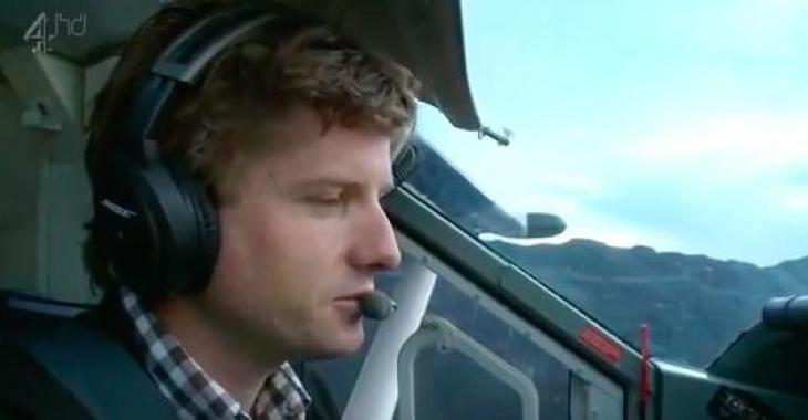 Il arrive à faire atterrir un avion dans un endroit extrêmement dangereux! La majorité des pilotes ne le feraient pas...