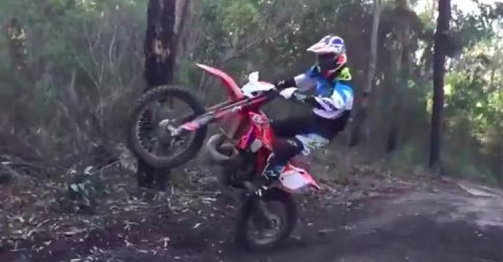 Il a l'air d'un motocycliste bien normal, mais ce qu'il fait avec sa moto est à couper le souffle!