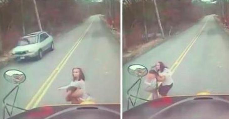 La dashcam d'un autobus scolaire filme l'horrible moment où une femme et sa fille passent près de se faire frapper