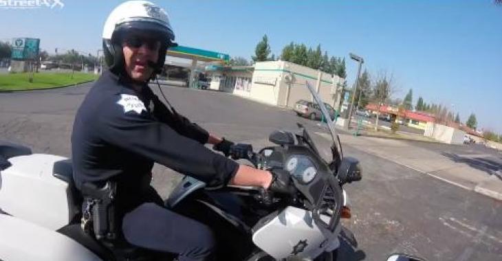 Ce policier à moto est certainement le plus sympathique que vous aurez vu!