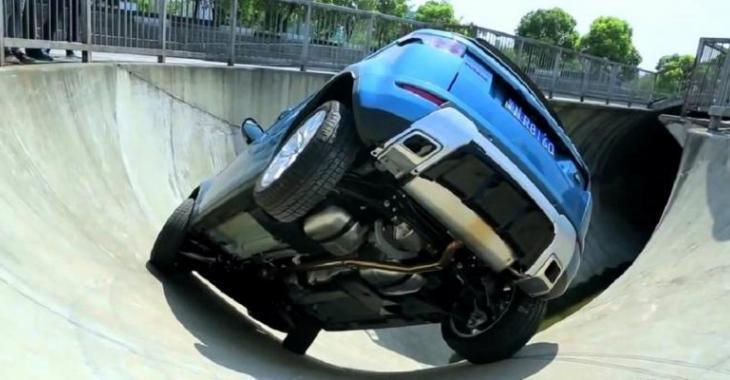 Il teste les capacités de son Range Rover au Skatepark, la flexibilité est au rendez-vous!