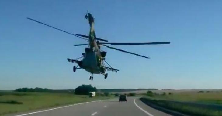 Ils roulent sur l'autoroute et cet hélicoptère surgit de nul part... C'est totalement de la folie, et tellement impressionnant!