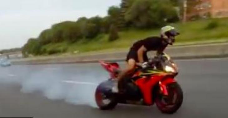 Ce motocycliste n'a pas froid aux yeux, mais ce qui lui arrivera le ramènera peut-être à l'ordre!