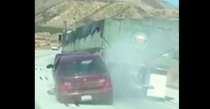 Ce camion traine sans le savoir une voiture et son conducteur panique... on comprend pourquoi en voyant l'état de la voiture!