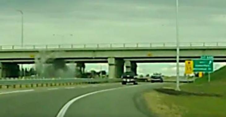 Un camionneur distrait se retrouve au coeur d'une situation plutôt spectaculaire malgré lui! Ouf, quel gâchis!