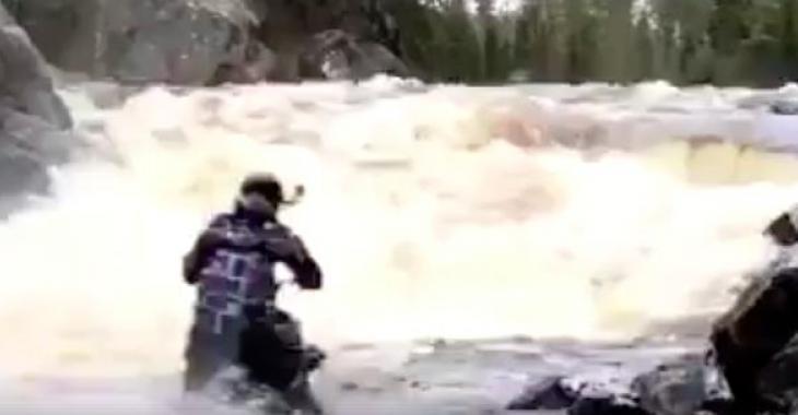 Ce motoneigiste ne pouvait pas attendre la neige! Ce qu'il fait est extraordinaire!