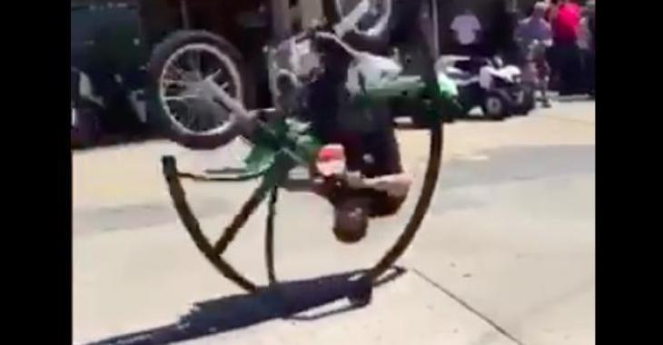 Cette moto vous fera certainement sourire! Elle permet de faire un Front Flip sans se casser le cou! C'est fantastique!
