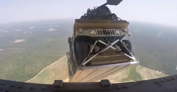Ils laissent tomber des Jeep du haut de cet avion, une chance que le parachute se déploie car ce serait un vrai dégât!