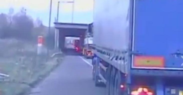 Le chauffeur de ce camion a écopé d'une amende pour avoir empêché un automobiliste de dépasser illégalement...