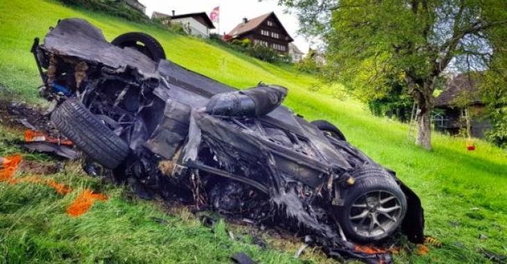 Un grave accident de voiture laisse un pilote en piteux état!