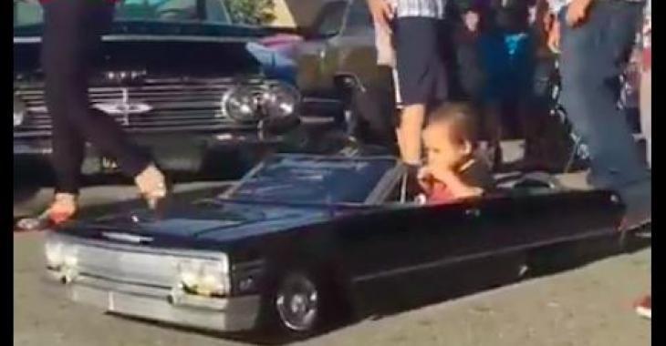 Ce petit garçon a la voiture la plus géniale qui soit; elle est superbe!