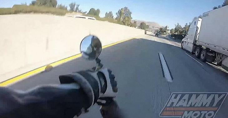 Un motocycliste perd le contrôle de sa moto et se retrouve sous un camion, le reste est un miracle.