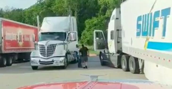 Ce camionneur s'en prend à un collègue, mais quand on voit le collègue en question, c'est frustrant!