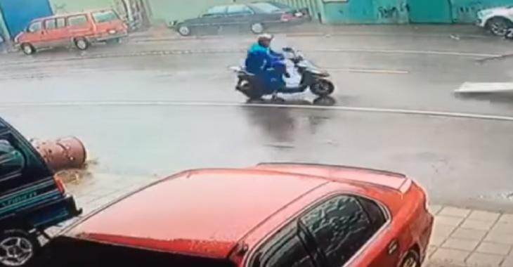 Catastrophe pour le conducteur de ce scooter, il se fait solidement frapper par un gros débris!