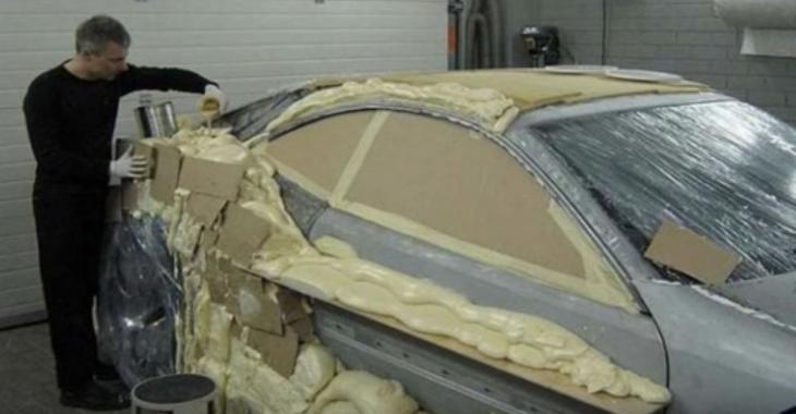 Il bourre sa voiture de mousse, mais le résultat est surprenant!