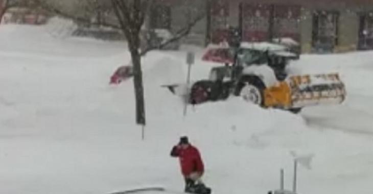 Un déneigeur pète sa coche et tente de détruire une voiture à Québec!
