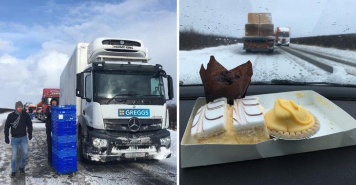 Un homme décide de distribuer des gâteaux et des donuts aux personnes bloquées sur l'autoroute