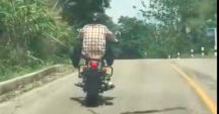 Cet homme se fait attaquer alors qu'il est sur sa moto; ne quittez pas la route des yeux! Ça se passe très vite!