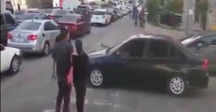 Cet automobiliste bloque la traverse pour les piétons, ce qu'il feront est juste parfait!