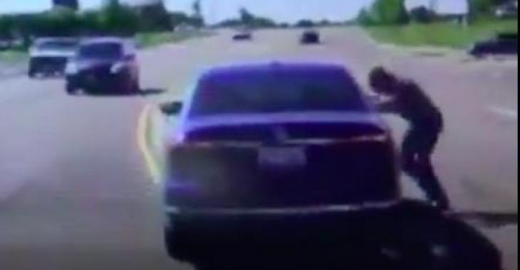 Il saute dans une voiture en marche, et la raison pour laquelle il fait un tel geste est parfaite; cet homme est un véritable héros!