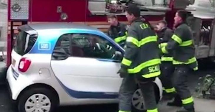 Ces pompiers doivent passer pour une urgence, mais une voiture leur bloque la route. Ce qu'ils font est génial!