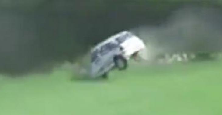 Un accident spectaculaire sème un vent de panique lors d'une course de rallye!