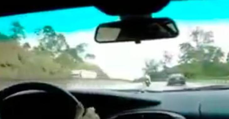 Une course sur l'autoroute qui vous donnera la chair de poule! C'est complètement fou!