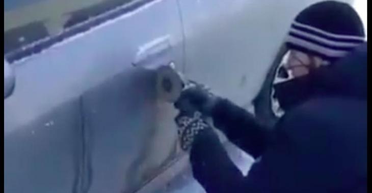 Il coupe sa portière de voiture, mais la raison est tellement ridicule... Haha