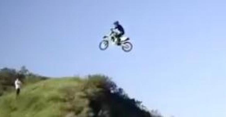 Ces images sont folles! Quand vous verrez ce qu'il vient de faire avec sa motocross, vous serez sidérés!