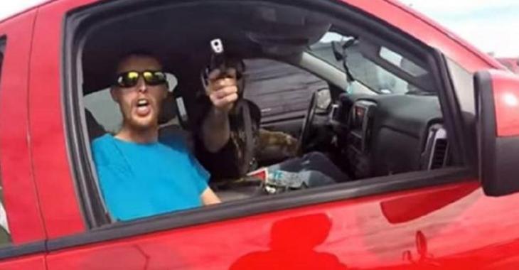 Rage au volant: Tout est sous contrôle jusqu'à ce qu'il sorte son arme!