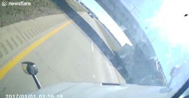Son camion se fait pousser par le vent; ce qui se produit lui donnera toute une frousse! C'est effrayant!