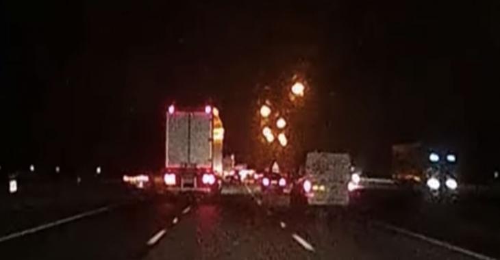 Il filme une collision épouvantable sur l'autoroute