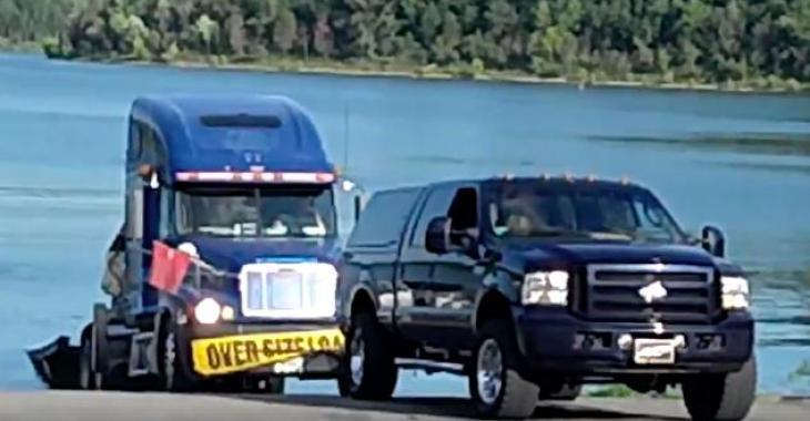 Ils se sont retrouvés dans une mauvaise posture, mais des bons samaritains les sortent de là avec leur pickup! Bravo!