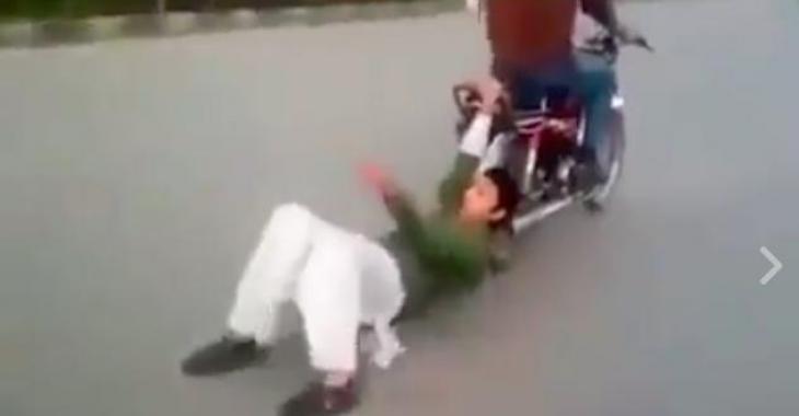 Le passager de cette moto est tout à fait cinglé... Il joue avec sa vie!
