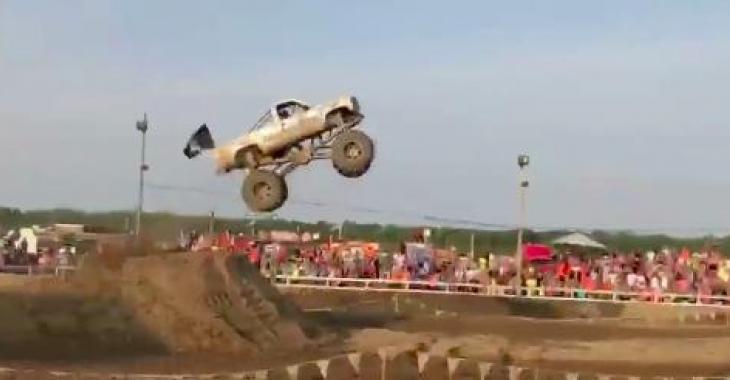 Il fait un saut avec son pickup, mais quand vous verrez le saut qu'il faut, les bras vous tomberont!
