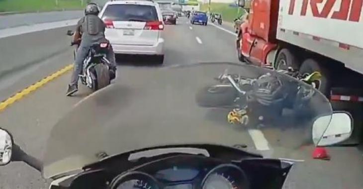 Cette bande de motocycliste font un dépassement dangereux en pleine circulation; ce qui se produit est un véritable cauchemar!