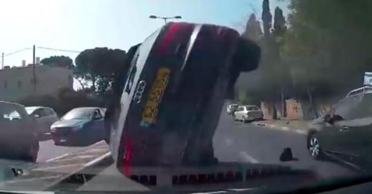 Les occupants de la Audi ont passé à un cheveu de la mort! L'Accident dans lequel ils se sont retrouvés est d'une rare violence!
