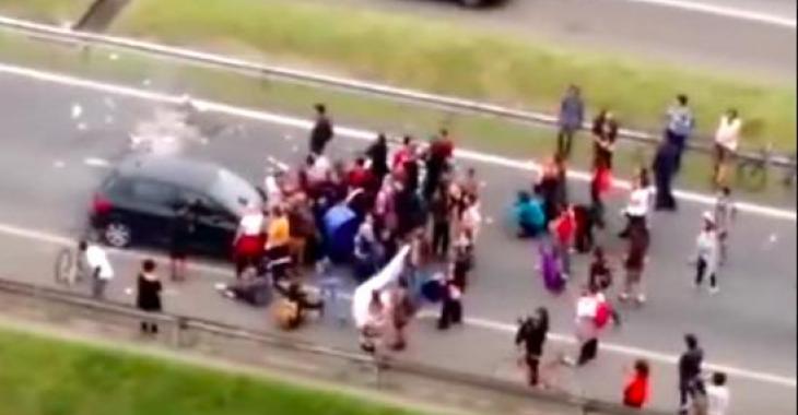 Des manifestants se font rouler dessus par une voiture au Brésil et les images glacent le sang!