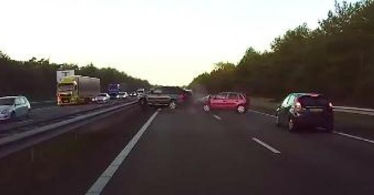 L'AutoPilot de Tesla détecte un accident surprise... Bravo, ça leur a probablement sauvé la vie!