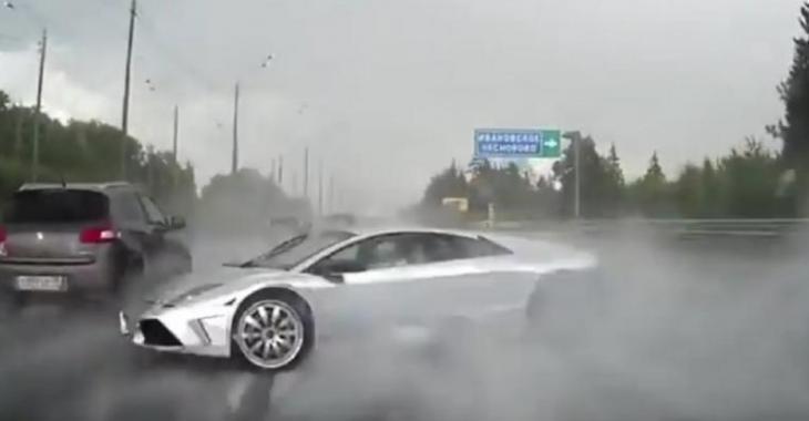 Il DÉTRUIT sa Lamborghini, pourquoi conduit-il comme ça sous la pluie?