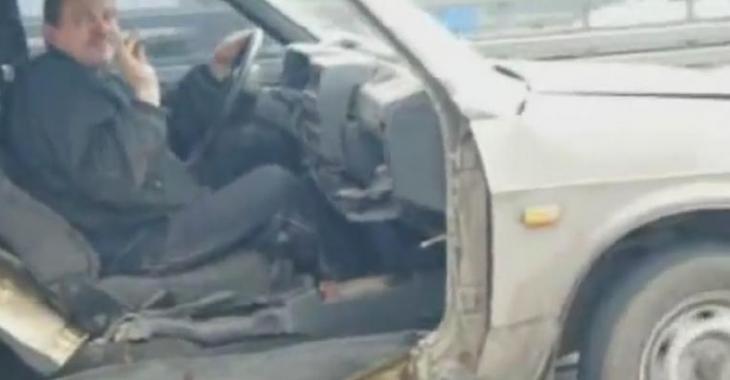 Il roule sur l'autoroute avec sa voiture complètement détruite, c'est hallucinant!