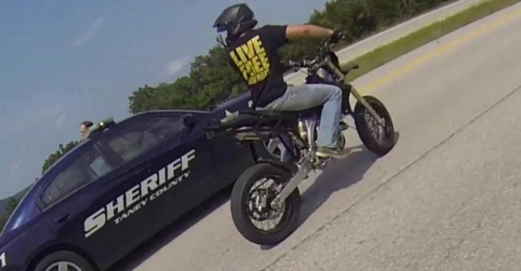 Un groupe de motocyclistes provoquent les policiers, 2 d'entre-eux subissent les conséquences!