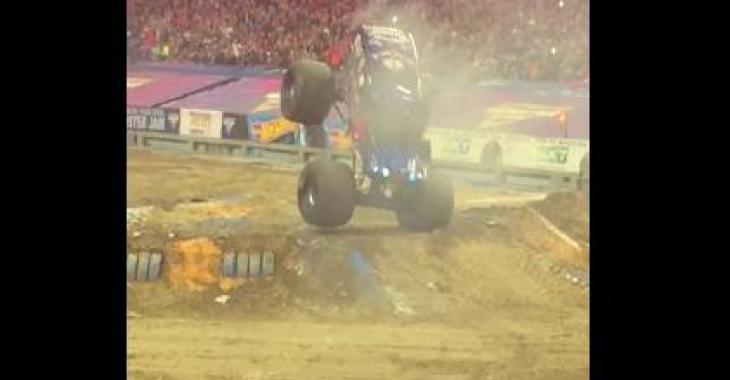 Ce Monster Truck offre tout un spectacle! Sa performance est exceptionnelle :)